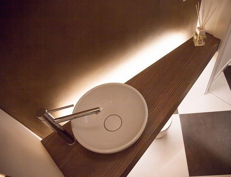 Piano bagno con il massiccio il legno nella sua for Piani del bagno seminterrato